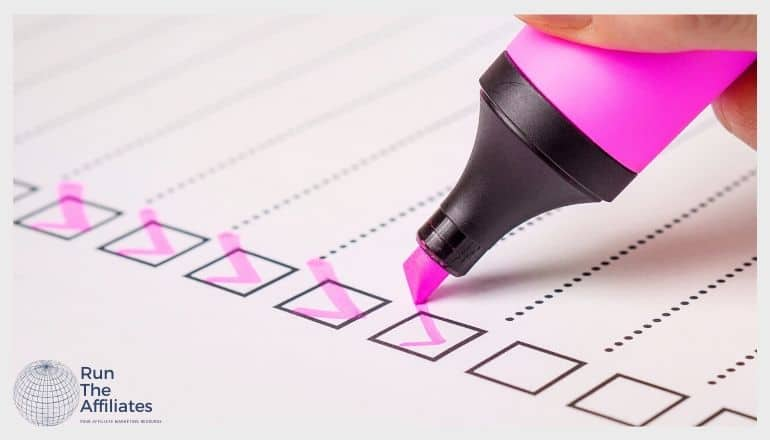 person filling out a survey with a pink magic marker